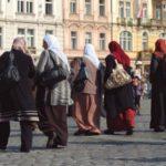 زعيمة يمينية متطرفة ترمي المصحف وتهين المسلمين في النرويج